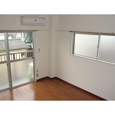 フローリングの洋室。ウォシュレット、エアコン付き。南向きで日当りの良い角部屋です。